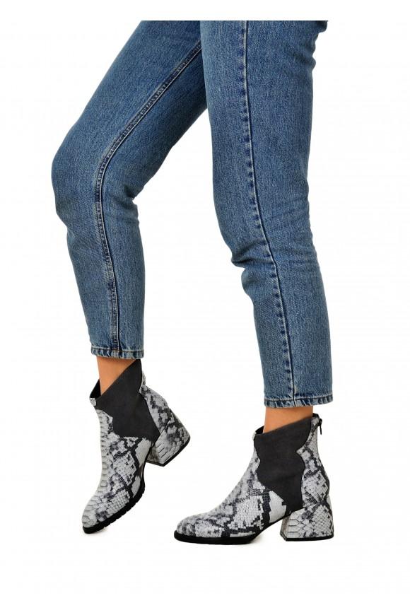 425761 Серые кожаные ботинки с анималистическим принтом