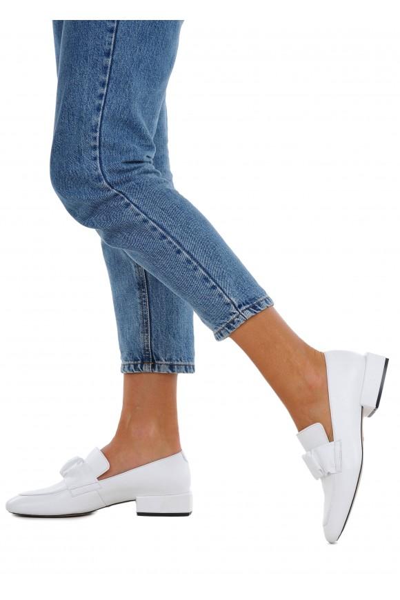 887031 Белые кожаные туфли на низком каблуке