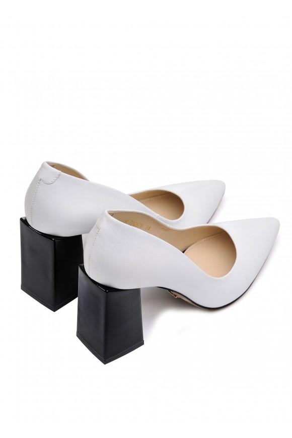 724876 Белые кожаные туфли с контрастным каблуком