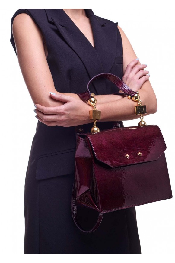 Лаковая сумка вишневого цвета