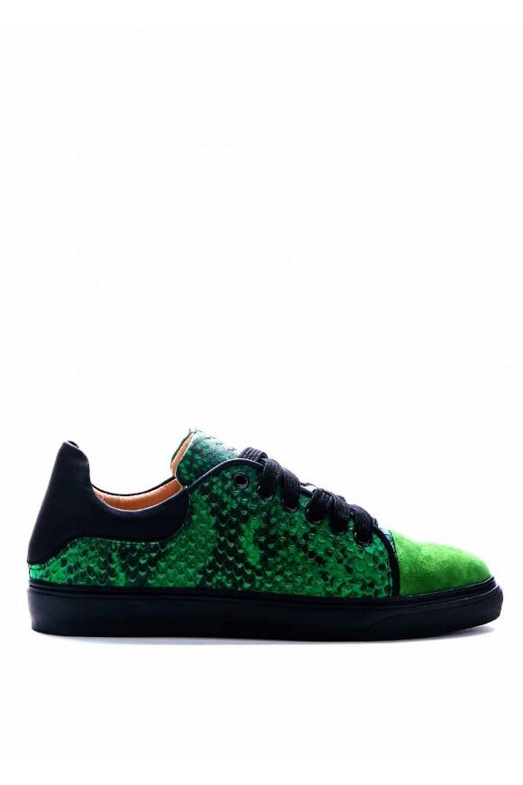 Зеленые кеды на черной подошве